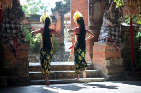 Bali, Indonesia - February 5, 2013: Traditional Barong dance in an old Hindu temple in Bali. Barong is a lion like creature in Balinese mythology. Banque d'images - 115647822