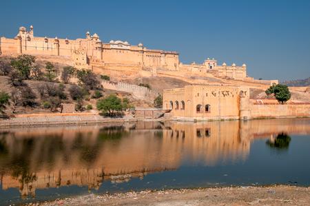 Jaipur, Indien - 2. Februar 2011: Amer Fort oder Amber Fort, das 1592 fertiggestellt wurde, war die Residenz der Rajput Maharajas in Jaipaur, Rajasthan, Indien. Es ist ein UNESCO-Weltkulturerbe.