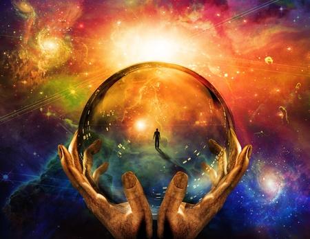 Manos mantienen esfera de cristal con visión del hombre Foto de archivo
