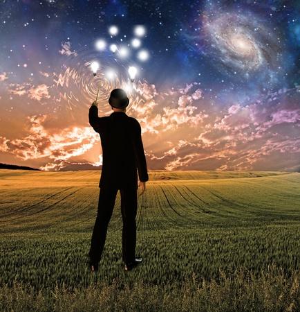 El hombre en traje concepttualizes cielo toca la creación de ondas