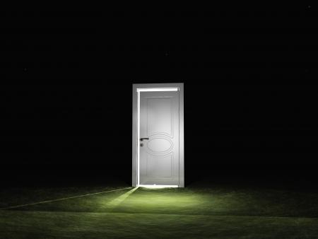 suspenso: La puerta parcialmente cerrada emite luz