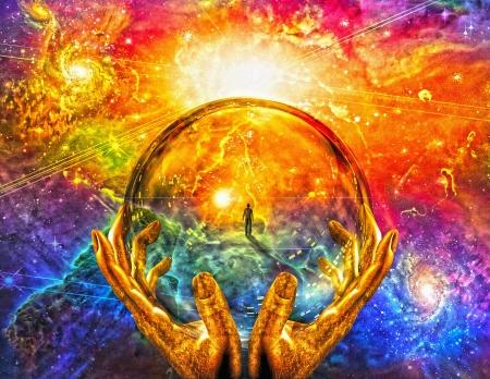 Handen vasthouden glazen bol met uitzicht op de mens