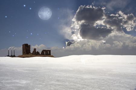 moody sky: Bianco paesaggio del deserto