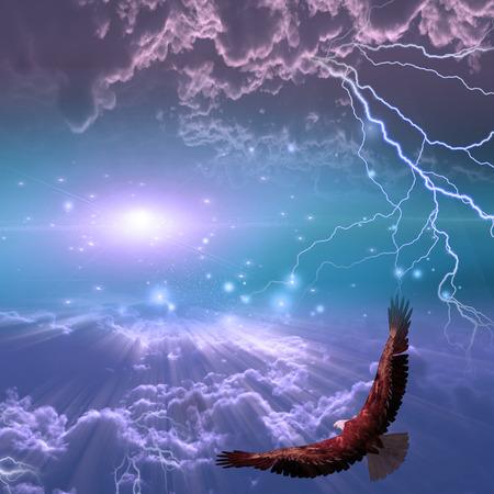 Adelaar tijdens de vlucht onder storm Stockfoto