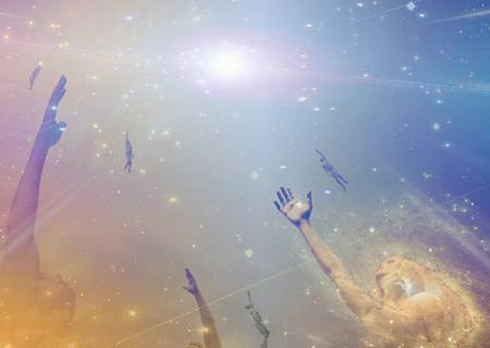 La gente alza hacia la luz entre las estrellas Foto de archivo - 27863146