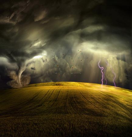 폭풍우 풍경에 토네이도 스톡 콘텐츠