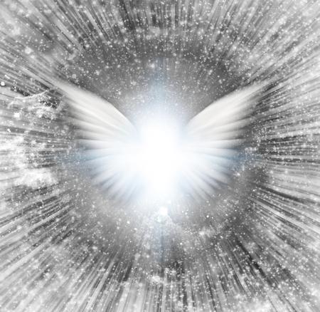Glänzende Engelsflügel, Lichtstrahlen. Standard-Bild - 69861535