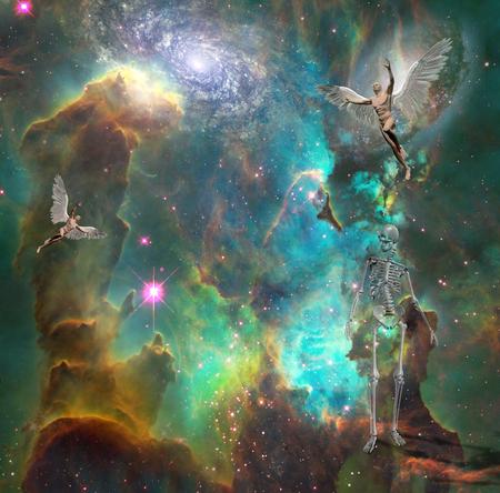シュル レアリスム。翼を持つ裸の男性は空間で天使を象徴します。骨格は死を表す。3D レンダリング。いくつかの要素は、NASA の礼儀を提供.