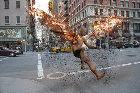 Surrealismo. Calles de Nueva York. El hombre desnudo con alas ardientes simboliza el ángel caído.