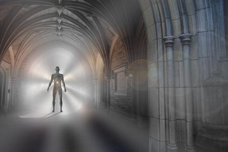 Menschliches Schattenbild mit Universum nach innen steht im gotischen Torbogen mit dem Licht, das den Weg belichtet. Standard-Bild