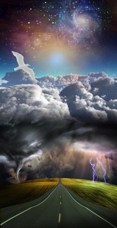 La route mène à distance avec la tempête Banque d'images