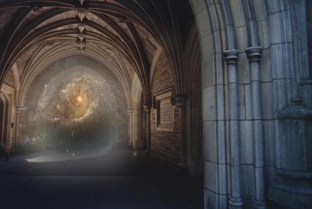 Un portail galactique vers un autre monde s'ouvre dans une ancienne arche Banque d'images