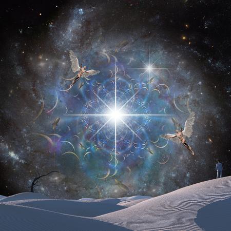 L'homme dans le désert surréaliste. Les anges volent dans le ciel étoilé Banque d'images