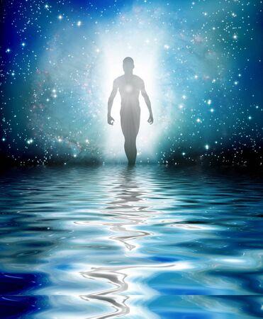 Op water lopen. Menselijke figuur komt voort uit licht Stockfoto