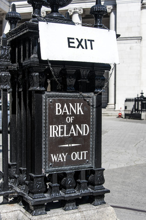 Ireland, Dublin: Street scene with Exit signs of Irish Bank of Ireland Exit Way Out - concept bank money business finicial crisis risk bankruptcy. June 09, 2015 Foto de archivo - 119788010