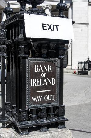 Irlanda, Dublín: Escena callejera con señales de salida del Banco Irlandés de Irlanda Exit Way Out - concepto banco dinero negocio finicial crisis riesgo bancarrota 09 de junio de 2015