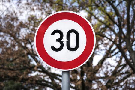 Alemania: señal de tráfico alemana con límite de velocidad de 30 kilómetros - concepto de velocidad de tráfico limitación de velocidad de velocidad información de advertencia regla ley prohibición calle carretera
