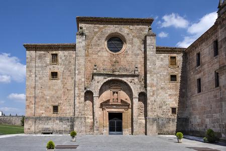 Spagna, La Rioja, San Millan de la Cogolla: vista panoramica del famoso monastero di San Millan de Yuso con parco pubblico, colline e cielo blu. È il luogo di nascita della moderna lingua spagnola parlata scritta.