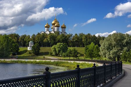 Russia, Golden Ring, Yaroslavl: Famous onion domed Virgin Mary Ascension Cathedral (Maria-Entschlafens-Kathedrale) with green public park, Kotorosl River and embankment in the old Russian town. Stockfoto