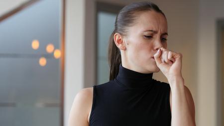 tosiendo: Tos de la mujer enferma, tos Foto de archivo