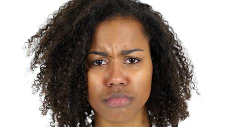 Triest zwarte vrouw gezicht, huilen geïsoleerd op witte achtergrond