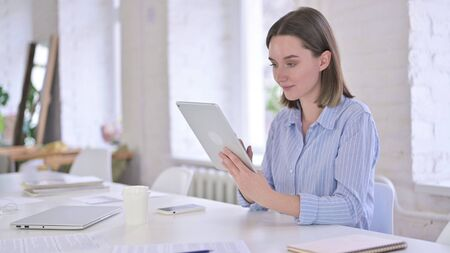 Happy Professional Young Woman using Tablet 免版税图像