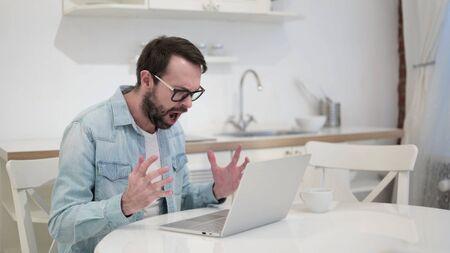 Anxious Beard Young Man getting Angry on Laptop 版權商用圖片