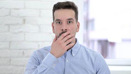 Shocked Man Reacting to Loss on Desktop, Astonished Archivio Fotografico
