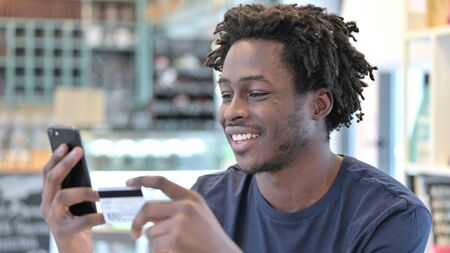 Online Payment on Smartphone by African Man Archivio Fotografico