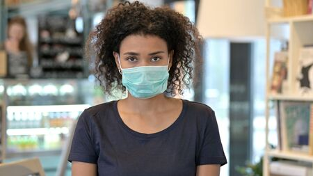 Young African Woman with Face Mask Standard-Bild