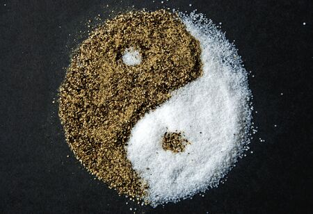 Yin-Yang gemaakt van zout en peper