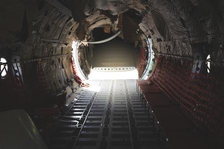 l'intérieur de l'épave d'un avion militaire. lumière dans la queue de l'avion des parachutistes