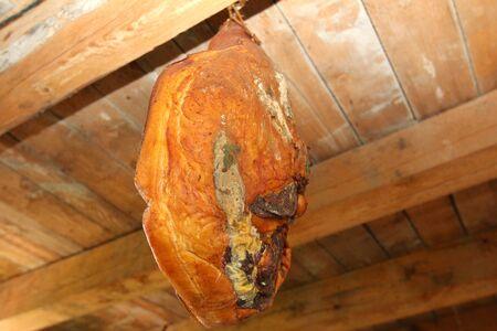 evaporarse: Despu�s de que la carne est� en proceso de ahumado smokehouse para evaporar humo Foto de archivo
