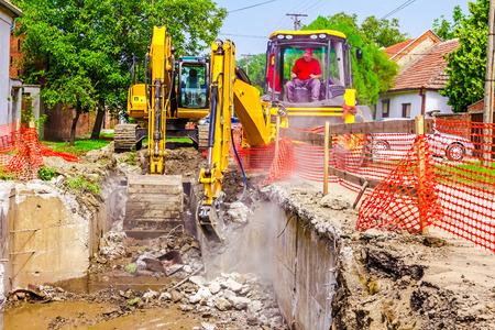 Pre�lufthammer: Gelb Presslufthammer ist in der Baustelle brechen alte Beton.