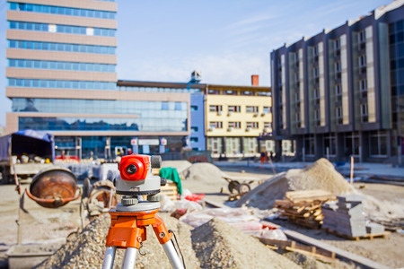 Landmeetkundige meetapparatuur niveau transit op statief bij bouw bouwgebied website Stockfoto