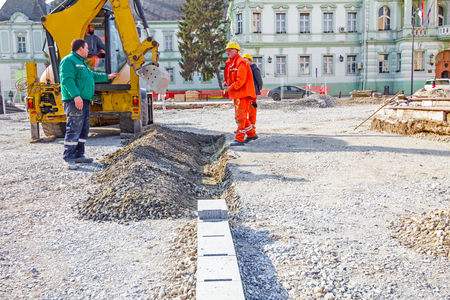 eau de pluie: Pelle creuse canal suivant pour l'eau de pluie sur le site de la construction