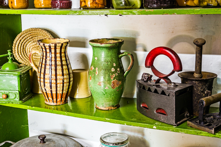 grabado antiguo: Estantes viejos de cocina de �poca est�n llenas de objetos antiguos.