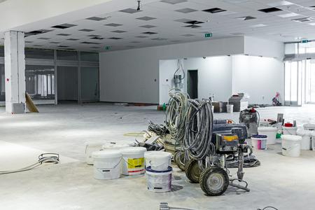 Pila de equipos para pulverización sin aire profesional, después trabajo está hecho. Foto de archivo