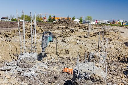 presslufthammer: Bauarbeiter sind die Beseitigung von �bersch�ssigen Beton mit Bohrhammer durch verst�rkte S�ulen in den Boden zu brechen. Lizenzfreie Bilder