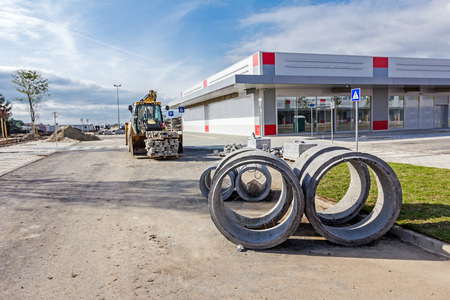 aguas residuales: Concrete sewage water pipes are stacked in urban area. Editorial