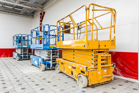 Scissor lift platform parked on a construction site after job is done. 스톡 콘텐츠