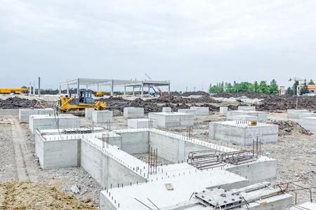 Betonsockel des neuen Gebäudes mit Verstärkung auf der Baustelle ist für den nächsten Schritt bereit. Standard-Bild