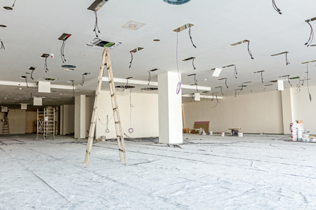 plafond: Workers are used wooden ladder to complete conditioning system ventilation at modern office ceiling with air duct and lamps. Stock Photo
