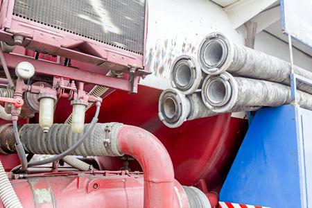 Voir sur le compresseur de camion, tuyau d'eau avec des raccords empilés sur le camion des eaux usées, aspiration ou tuyau d'évacuation.