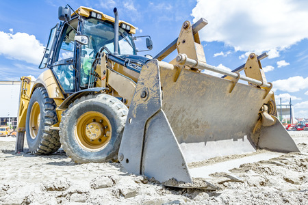 cargador frontal: Cierre de vista de tren de rodaje de la excavadora en el sitio de construcción. Foto de archivo