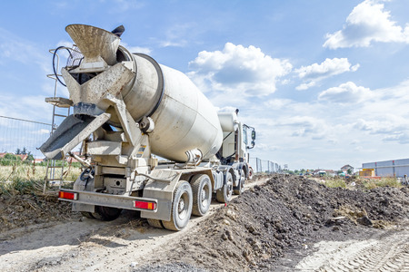 믹서 트럭은 시멘트를 건축 현장의 주조 장소로 운송합니다.