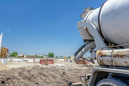 camion Mixer est le transport du ciment à l'endroit de coulée sur chantier.