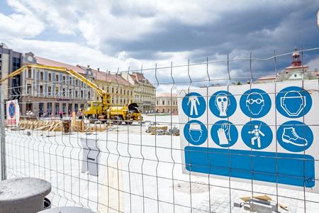 Lista de seguridad de las normas de comportamiento en un sitio de construcción. normas de seguridad de obras de construcción están en el cartel fijado a la valla. Foto de archivo - 80809016