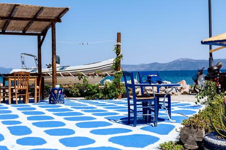 伝統的なギリシャのタバーン レストランで装飾細部として色の床と抽象的なシーン。 報道画像