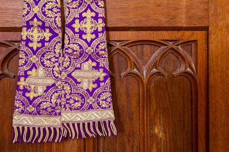 Stola sacerdotale viola usata per le confessioni, paramenti viola e oro come indossata durante la confessione e la messa.